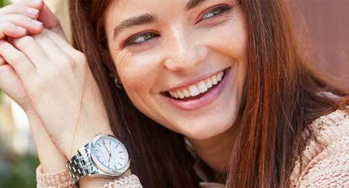 Mujer con reloj en muñeca